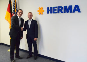 The ribbon cutting: Martin Kühl, vice president labelling machines for HERMA (left) and Peter Goff, CEO of Herma US Inc